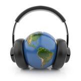 De bol van de aarde met zwarte audio 3D hoofdtelefoons Royalty-vrije Stock Fotografie