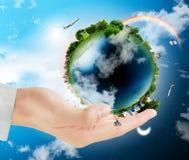 De bol van de aarde in zijn handen royalty-vrije stock foto