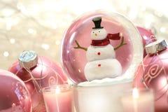 De bol van de sneeuw met roze ballen stock fotografie