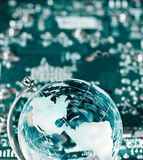De bol van de wereld met geïntegreerde technologieelementen Stock Foto