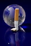 De bol van het glas met sigaret Stock Foto