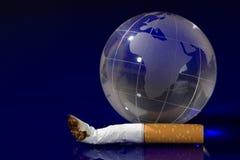 De bol van het glas met sigaret Stock Foto's