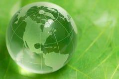 De bol van het kristal op groen blad Royalty-vrije Stock Afbeeldingen