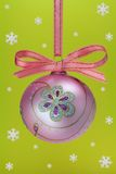 De bol van Kerstmis met sneeuwvlokken. Stock Foto's