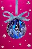De bol van Kerstmis met snoweflakes. Stock Afbeelding