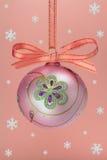 De bol van Kerstmis met snoweflakes. Stock Fotografie