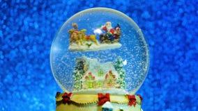 De bol van de nieuwjaar201christmas Sneeuw met Sneeuwvlok Het glas souveni9 van het nieuwjaar Schitteren de roze Vage Lichten ach stock footage