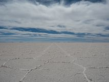 01 06 2000 de Bolivia odległości warstwy żeńskich lake ustanowione samotnych daleko nad Salar soli uyuni chodzącym cienką podróżn Obrazy Royalty Free