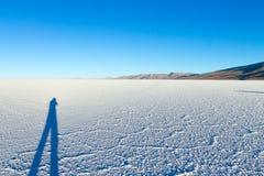 01 06 2000 de Bolivia odległości warstwy żeńskich lake ustanowione samotnych daleko nad Salar soli uyuni chodzącym cienką podróżn Obrazy Stock