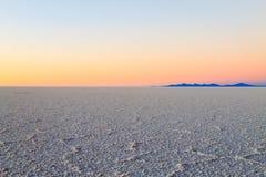 01 06 2000 de Bolivia odległości warstwy żeńskich lake ustanowione samotnych daleko nad Salar soli uyuni chodzącym cienką podróżn Obraz Stock