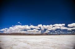 01 06 2000 de Bolivia odległości warstwy żeńskich lake ustanowione samotnych daleko nad Salar soli uyuni chodzącym cienką podróżn Fotografia Royalty Free