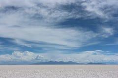 01 06 2000 de Bolivia odległości warstwy żeńskich lake ustanowione samotnych daleko nad Salar soli uyuni chodzącym cienką podróżn Obraz Royalty Free