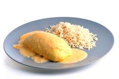 De bollen in een saus met rijst dienden op een plaat op een witte achtergrond stock fotografie