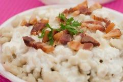 De bollen van aardappelgnocchi met schapenkaas en bacon Stock Foto's