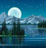 De bomen en de volle maan van de pijnboom die in water met bergen worden weerspiegeld Stock Afbeelding