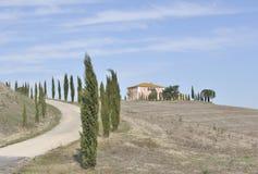 De bomen van de cipres en heuveltop Italiaanse Villa royalty-vrije stock fotografie