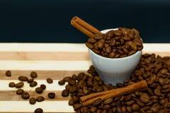 De bonen en de kaneel van de koffie. Stock Foto