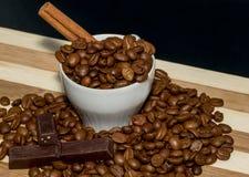 De bonen en de kaneel van de koffie. Stock Afbeelding