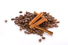 De bonen en de kaneel van de koffie Stock Foto's