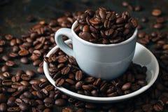 De bonen en de kop van Coffe Hoge resolutiebeeld Royalty-vrije Stock Foto's