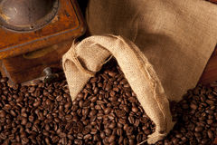 De bonen en de molen van Coffe Royalty-vrije Stock Afbeeldingen
