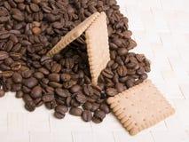 De bonen en het koekje van de koffie Stock Afbeelding