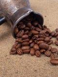 De bonen van Cezve en van de koffie Royalty-vrije Stock Foto's