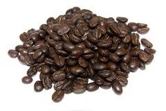 De bonen van Coffe die op witte achtergrond worden geïsoleerd= Stock Foto