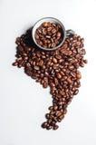 De bonen van de koffie die als Zuid-Amerika worden gevormd stock foto's