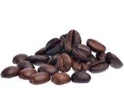 De Bonen van de koffie die op witte achtergrond worden geïsoleerde Stock Afbeeldingen