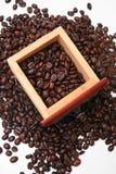 De Bonen van de koffie in Doos Stock Fotografie