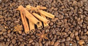 De bonen van de koffie Drie anijsplantsterren Veel stokken van kaneel Sha Royalty-vrije Stock Fotografie