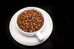 De bonen van de koffie in een cappuccino'skop Stock Afbeeldingen