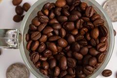 De bonen van de koffie in een glaskop Royalty-vrije Stock Fotografie