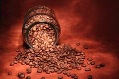 De bonen van de koffie in een glaskruik Royalty-vrije Stock Foto's