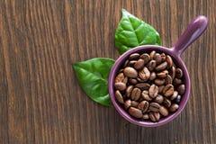 De bonen van de koffie in een kom Stock Afbeeldingen