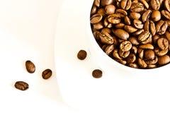 De bonen van de koffie in een kop Stock Afbeelding