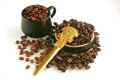 De bonen van de koffie in een kop Royalty-vrije Stock Fotografie