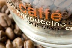 De bonen van de koffie in een kop Stock Foto