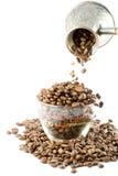 De bonen van de koffie in een kop Royalty-vrije Stock Afbeeldingen