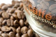 De bonen van de koffie in een kop Royalty-vrije Stock Afbeelding