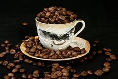 De bonen van de koffie in een kop van oosterse stijl Royalty-vrije Stock Afbeeldingen
