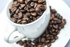 De bonen van de koffie in een mok Stock Afbeeldingen