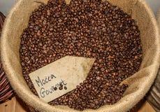 De bonen van de koffie in een zak Stock Fotografie