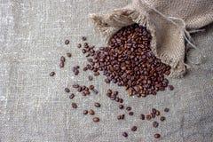 De bonen van de koffie in een zak Stock Foto's