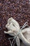 De bonen van de koffie in een zak Stock Afbeelding