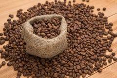 De bonen van de koffie in een zak Royalty-vrije Stock Afbeeldingen