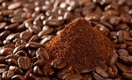 De bonen van de koffie en de gemalen stapel, perfectioneren voor achtergrond royalty-vrije stock foto