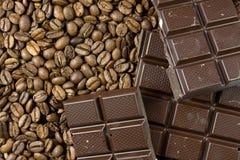 De bonen van de koffie en donkere chocolade Royalty-vrije Stock Foto's