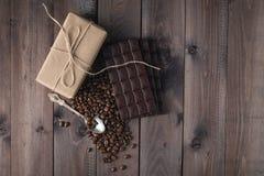 De bonen van de koffie en donkere chocolade Royalty-vrije Stock Afbeeldingen